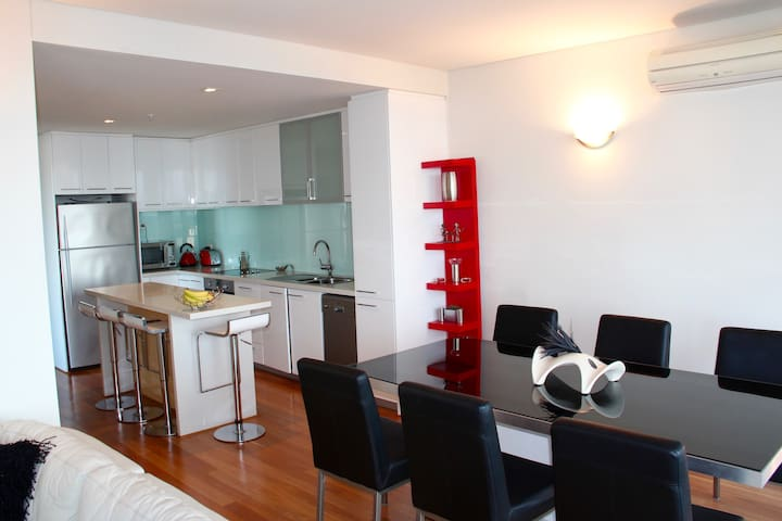 Stunning 2x2 apartment. Perfect city location. - East Perth - Flat