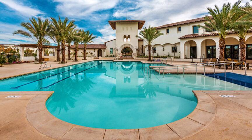 Duplex 2 master suites: 1200 SQF max 8 guests