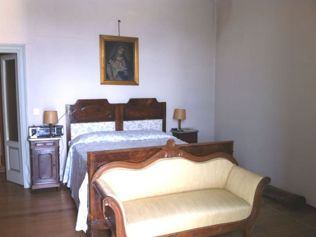 1ª camera con letto matrimoniale grande - First room with big kingsize bed