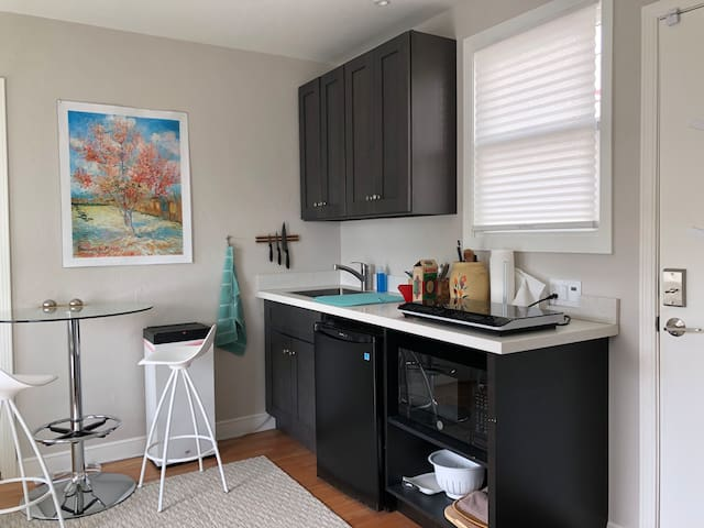 Just-remodeled one-bedroom in Lincoln Highlands