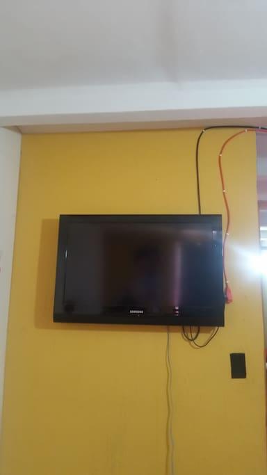 """Cuenta con Tv de 32"""" con cable."""