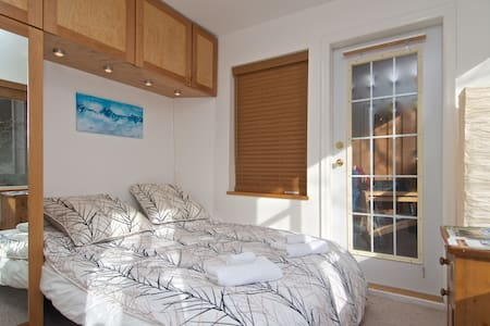Small, bright room in the Village - Whistler - Lejlighed