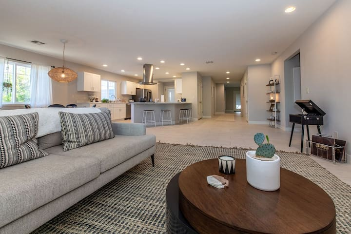 Central Phoenix Designer Home w/GREAT Amenities!