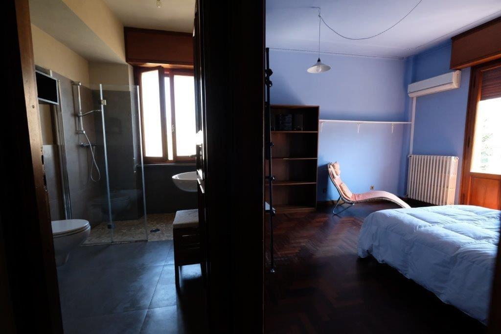 Camera e bagno attiguo, ad uso esclusivo degli ospiti