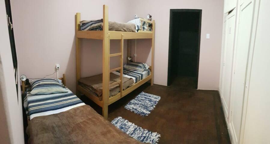 Quarto Feminino com três camas (Madruguinha)