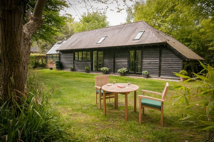 Secluded cottage with garden, 15 min walk to pub