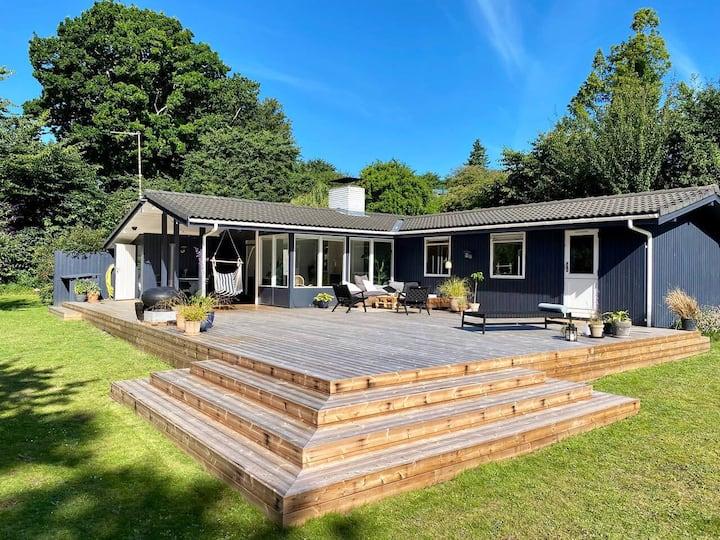 Hyggeligt hus med kæmpe terrasse & 150m til vandet
