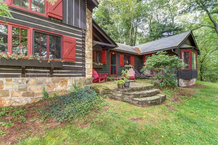 Dog-friendly, lakefront log home on a quiet cove w/ a front deck & private dock