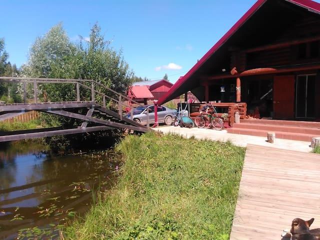 Дом охотника из бревна ждёт до 5 гостей, пруд, лес
