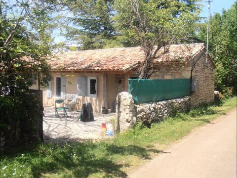Jolie petite maison en pierre dans le Lot