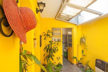 Amplia habitación con sala de estar - Apartamento