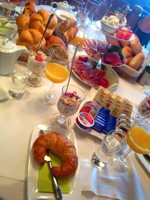 Sie wohnen beim Bäcker! Morgens können Sie in unserem Bäckerei-Café gerne Frühstücken!