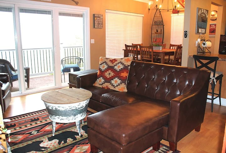 Fantastic Family Lake Condo. Super Nice! 1 mile to Silver Dollar City! Panoramic Lake View.