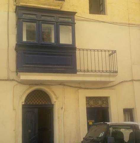 Next to Valletta - private bedroom and bathroom - Il-Furjana