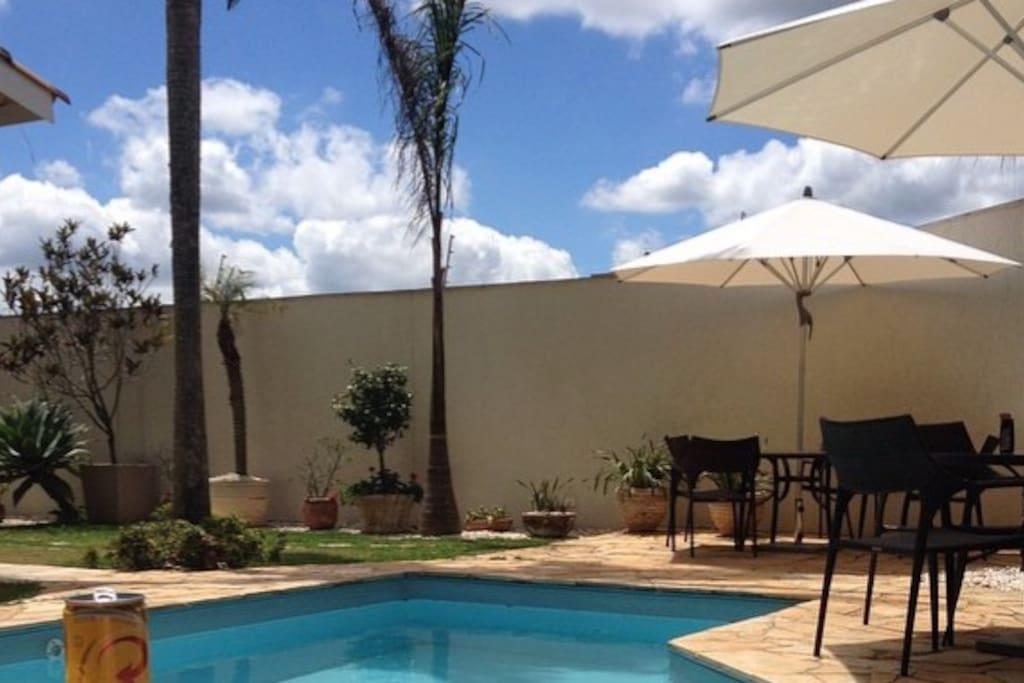 Área da piscina e churrasqueira, com um belo paisagismo!