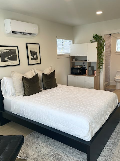 Cozy Modern Studio - Minutes to Downtown and Beach