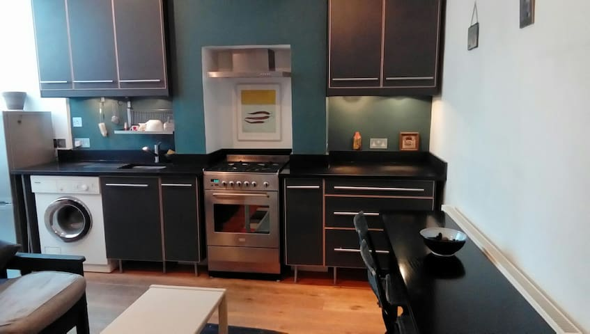 Bright 1 double bed apartment with small garden.