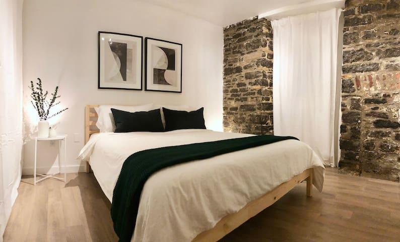 Chambre privée cozy aux murs de pierre de 1837 et lit queen confortable