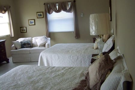 HOME ON THE HILL - Discovery Bay - Bed & Breakfast
