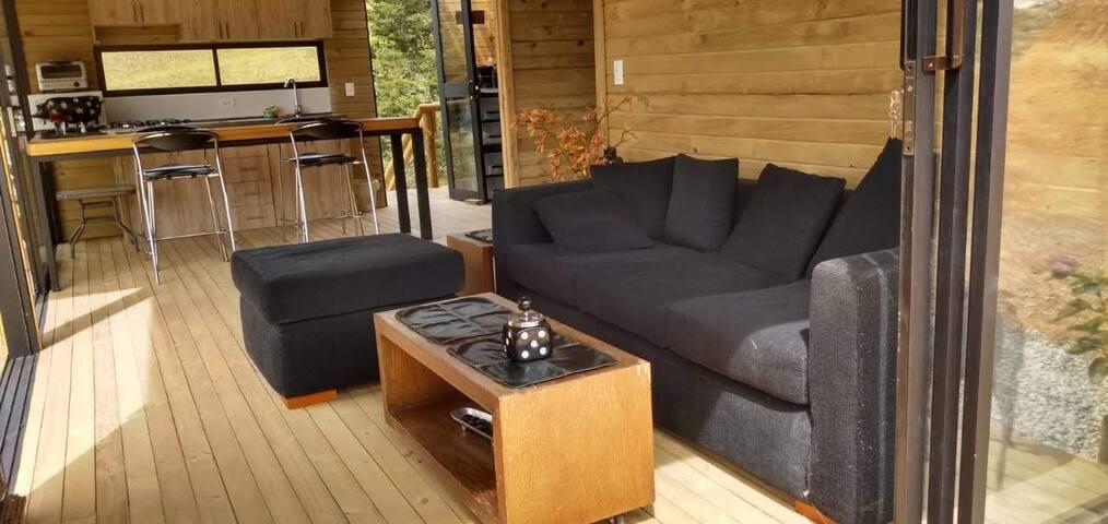 Cabaña de madera en medio de la naturaleza