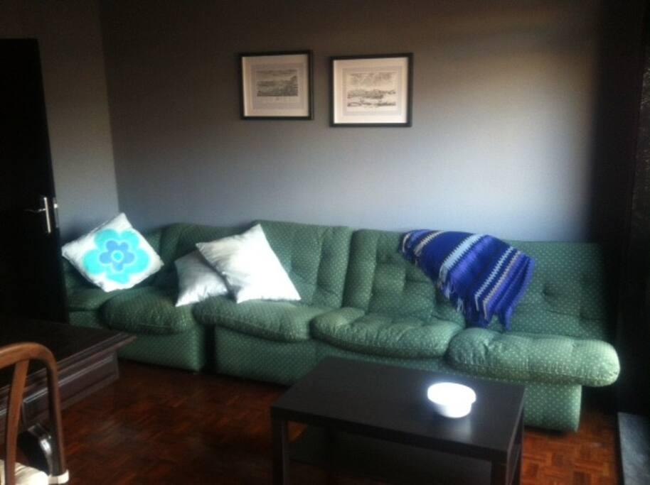 Detalhe da sala, com o sofá cama incluido