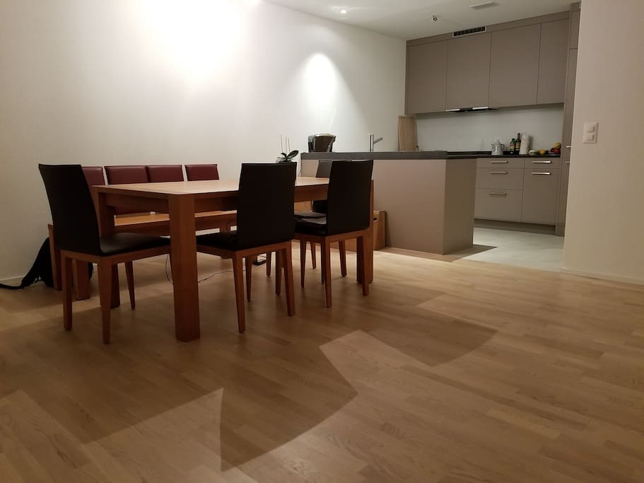 Esstisch und Küche