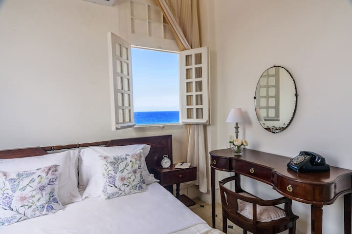 Bedroom with seaview/Chambre avec les vues sur la mer