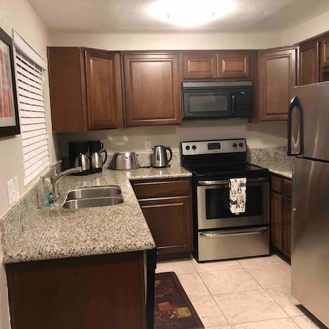 Comfortable 2 Bedroom townhome close to STRIP