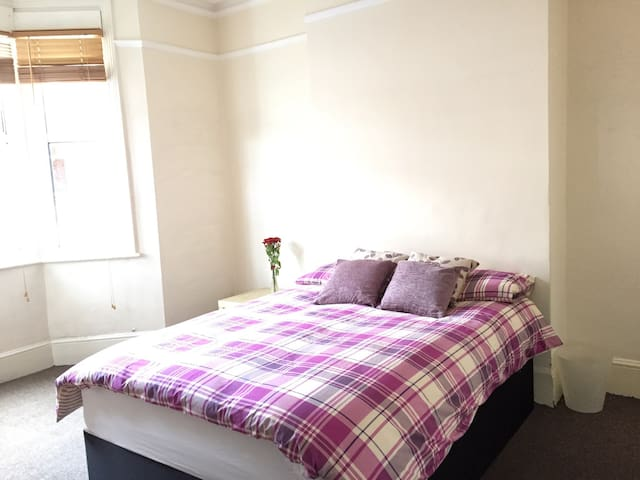 Lovely Bright Private Double Room (BR1-I) - Londen