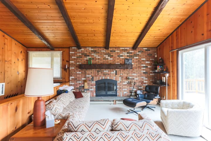 1970s Ski Chalet 5 minutes from Windham Mt & Town!