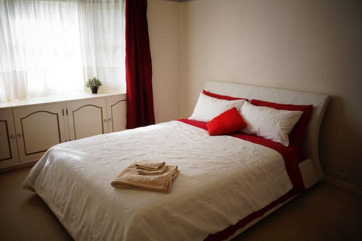 Romantic Room -Quiet,25 min to CBD/Airport,Parking