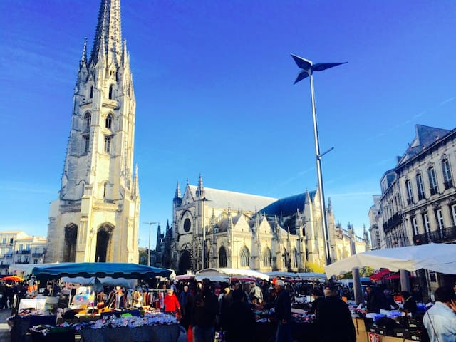 Le marché du samedi matin sur la place St Michel.