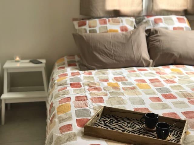 Un lieu calme et confortable où se reposer après une journée de découverte ou de travail. Literie en 160 cm, récente et de qualité Queen size bedding, new and quality
