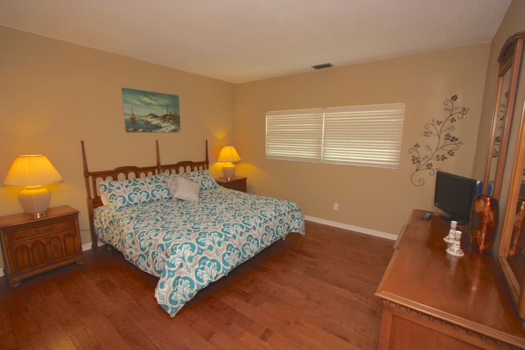 2nd Master Suite with King Bed/Flat Screen Cable TV/Private Master Bathrooom