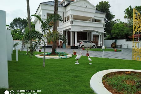 Entire Mansion in Chalakudy. Near Aathirapally.