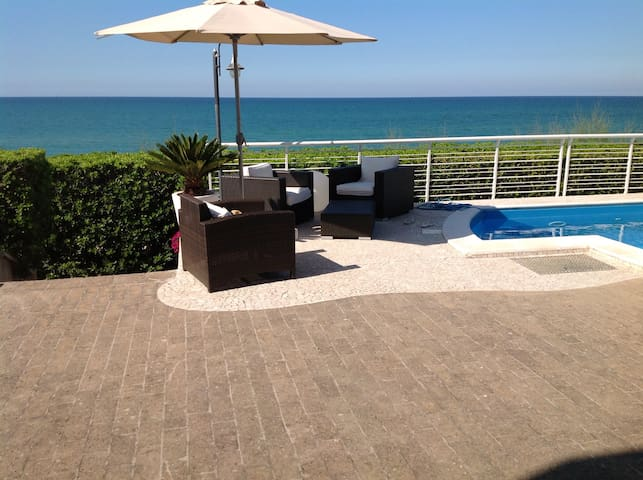 Residenza in riva al mare con piscina privata