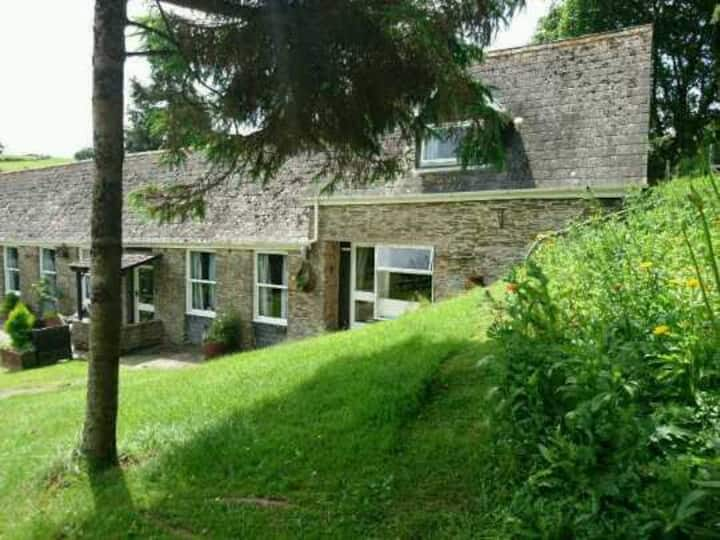 Country cottage, great location, can walk to town