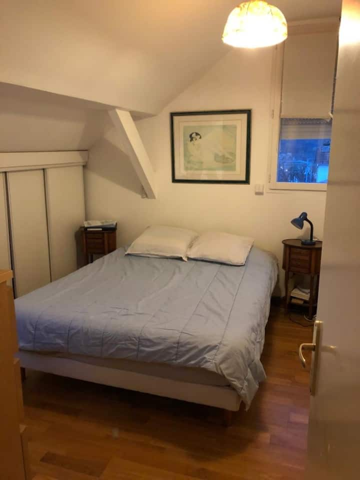 Only 1 minute walk from Metro/ RER station.