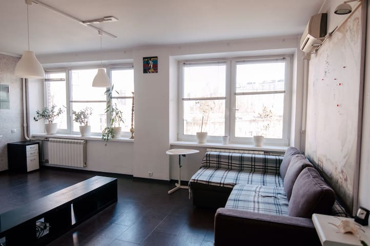 White private room for 2+ w/WiFi at metro - Sankt-Peterburg - อพาร์ทเมนท์