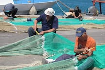 i marinai che riparano le reti