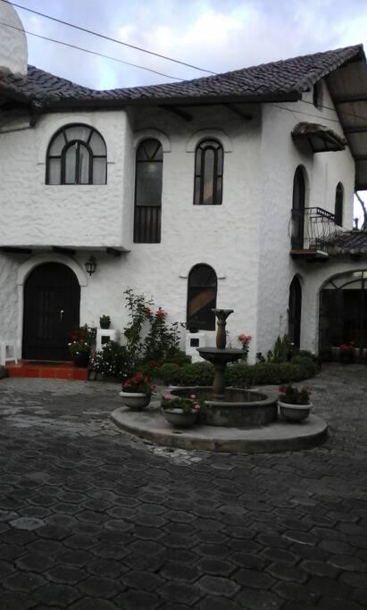Entrada principal a la casa. Main entrance.