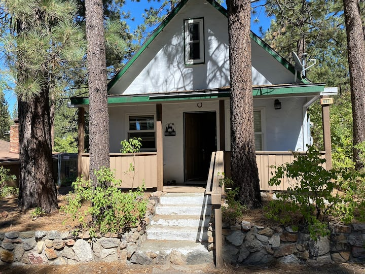 The Little White Cabin With a SPA~ Dogs welcome