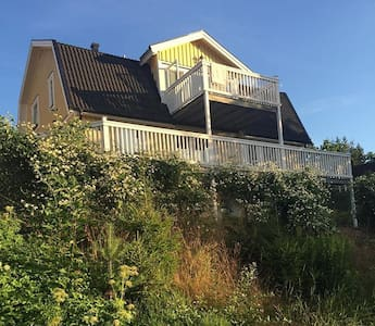 Small B&B room in family villa in southern suburbs - Huddinge