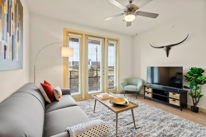 Kasa | Dallas | Beautiful 2BD/2BA Medical District Apartment