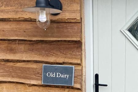 Old Dairy- Boutique Farmstay + Hikki Hot Tub for 2