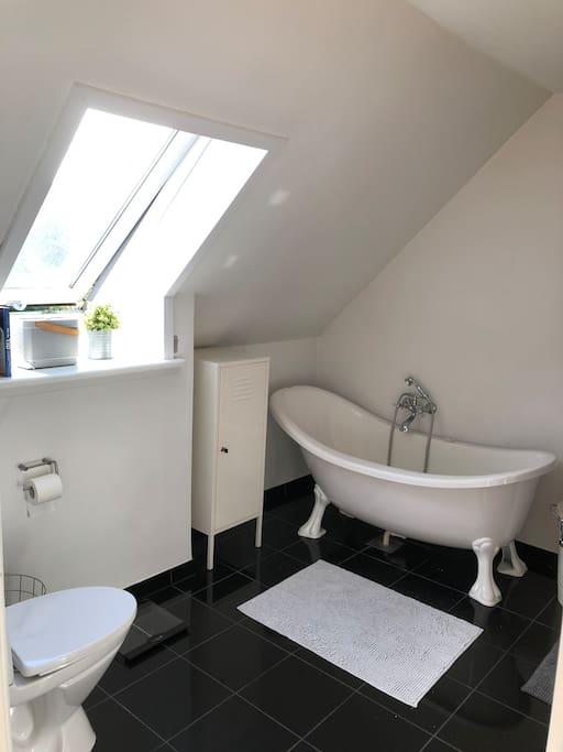 Lækkert badeværelse med både karbad, bruseniche, vaskemaskine/tørrertumbler.