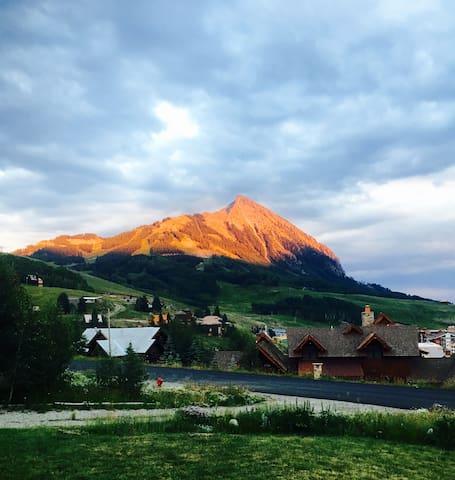 Spectacular Views, Modern home, close to ski area