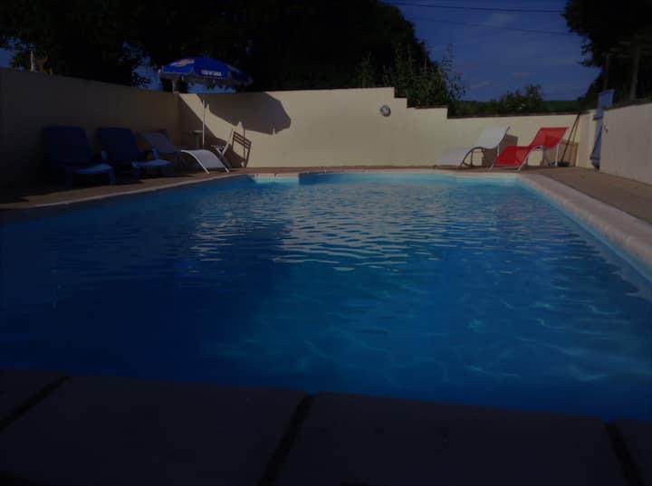 Grande maison dans parc avec piscine