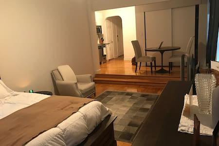 Large Luxury Studio one block from Subway express. - Nueva York - Apartamento