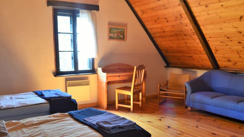 Druga, otwarta sypialnia, dwa łóżka 90x200cm.